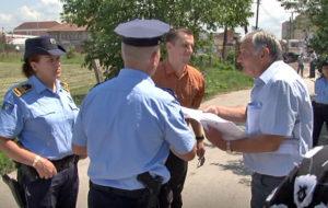 Miroslav Veličković sa prestavnikom Agencije i policijom (Foto Kim)