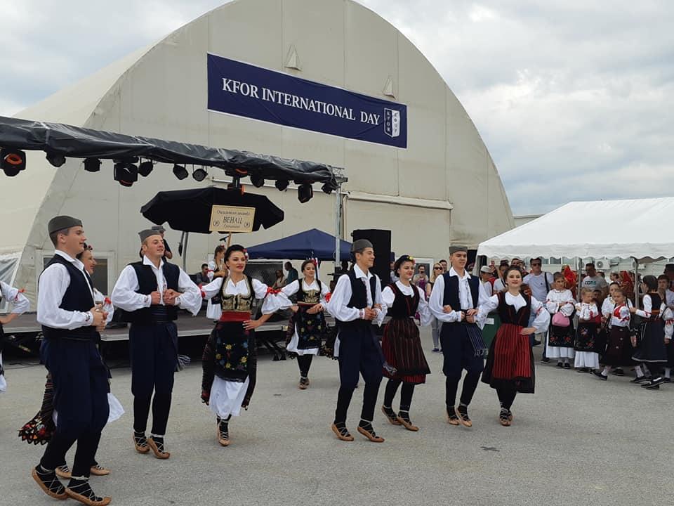 """Folklorni ansambl """"Venac"""" iz Gračanice na Međunarodnom danu KFOR-a u """"Film City"""" u Prištini (FOTO: Magazin 4U - Magazin For You Srpski)"""