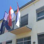 Na zgradi Zajedničkog veća opština nalaze se zastave Evropske unije, Hrvatske i srpske zajednice u Hrvatskoj/BBC