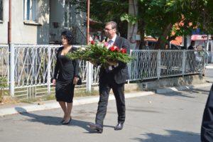 Milena i Aleksandar Vučić polažu cveće na spomen ploču Olivera Ivanovića