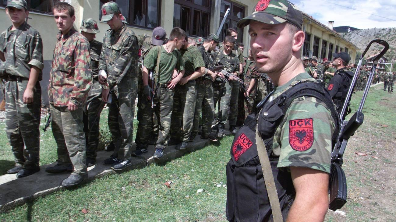 Miliziani dell'UCK ritratti nel 2001 al confine tra Kosovo e Macedonia FOTO: Rsi