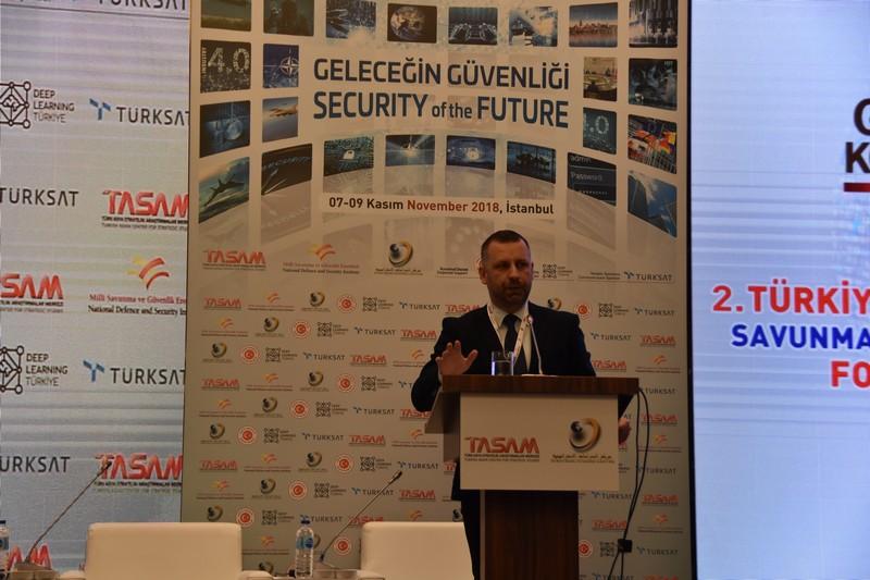 Dalibor Jevtić, Ministar za zajednice i povratak govori na konferenciji u Istanbulu
