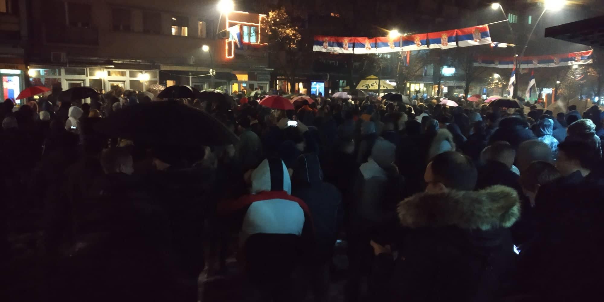Građani okupljeni da prate konferenciju predsednika Vučića preko video bima u centru Kosovske Mitrovice