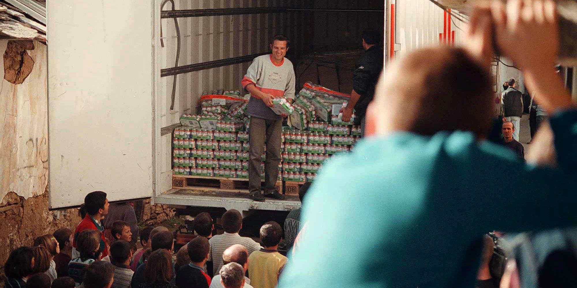 Dečak srpske nacionalnosti iz Orahovca posmatra podelu humanitarne pomoći 29. oktobra 1999. godine. Foto: Nenad Kojadinović/EPA