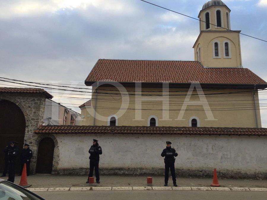 policija čuv pravoslavnu crkvu u đakovici