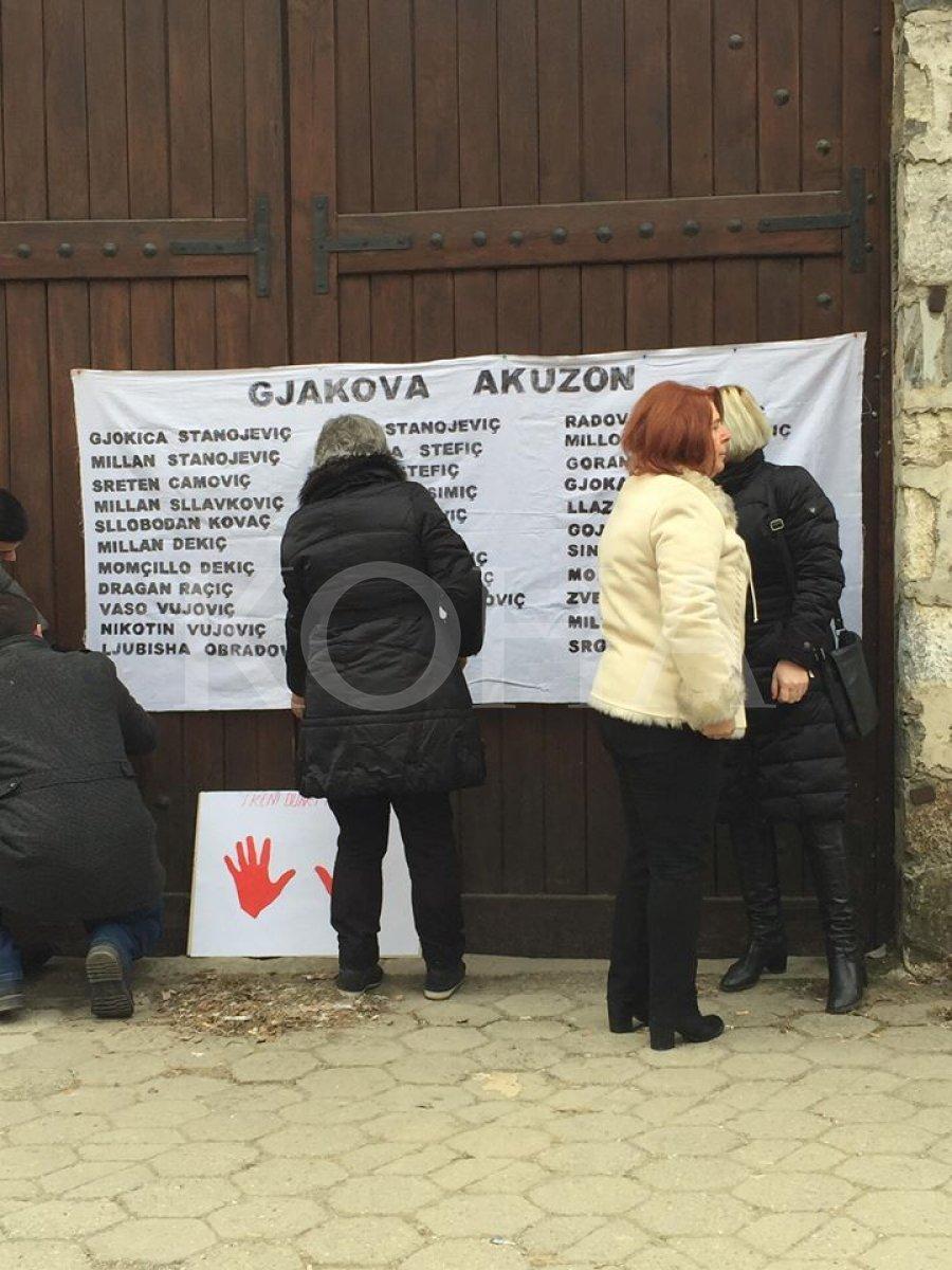 protst u Đakovici protestanti lepe plkat imena navodnih zločinaca na vrata dvorišta crkve