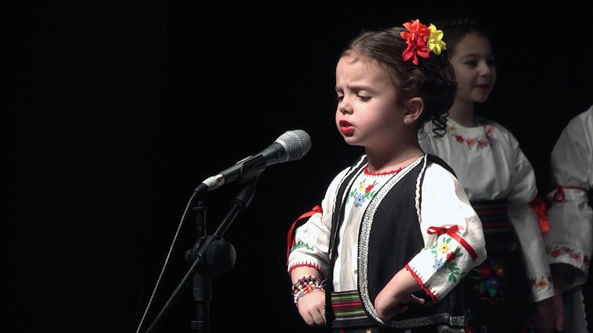 Ansamble Venac Svetosavski koncert za Dragana Tripovića, devojčica u narodnoj nošnji