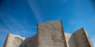 Tvrđava Novo Brdo opada malter sa restaurirane tvrđave