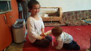 FOTO: Najstarija Mevljana u igri sa najmlađim Seljmedinom/KoSSev