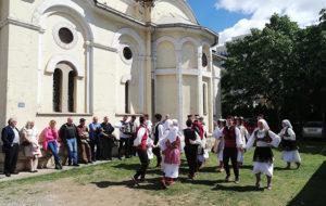Kolo u dvorištu crkve Svetog Nikole u Kosovu Polju (Foto Kim)