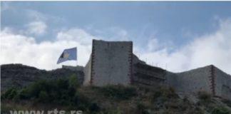 Kosovska zastava na tvrđavi u Novom Brdu