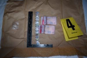 Kosovska policija privela je osumnjičenog B.Š. iz Kosova Polja i zaprenila oko četiri hiljade evra pod sumnjom da su u pitanju falsifikovane novčanice. Jedinica direkcije za istragu privrednog kriminala i korupcije u Prištini izvršila je juče pretres stambenog objekta osumnjičenog B. Š. u selu selu Slatina, u opštini Kosovo Polje. Tokom pretresa kuće pronađen je novac u iznosu od 3830 evra za koji se sumnja da je falsifikovan. Novac je konfiskovan, a zajedno sa njim zaplenjeni su i: uređaj za lepljenje novčanih traka, trake novčanica od 50 i 100 evra, iznos sigurnosnih znakova novca (hologrami, kinogrami, sigurnosne trake), određenu količinu tečne materije (hemikalija) koja se koristi za pranje novca, navodi se u saopštenju. Osumnjičeni je priveden, nakon čega je saslušan. Njemu je određen 48-časovni pritvor.