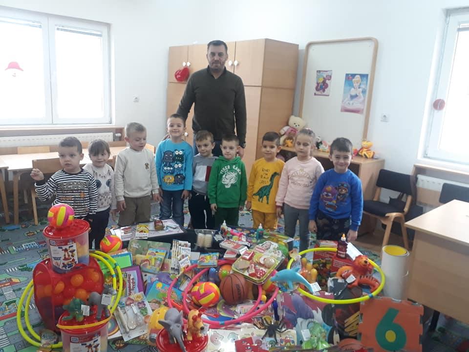 Foto: PU Kolibri, direktor Vladan Maksimiović sa decom