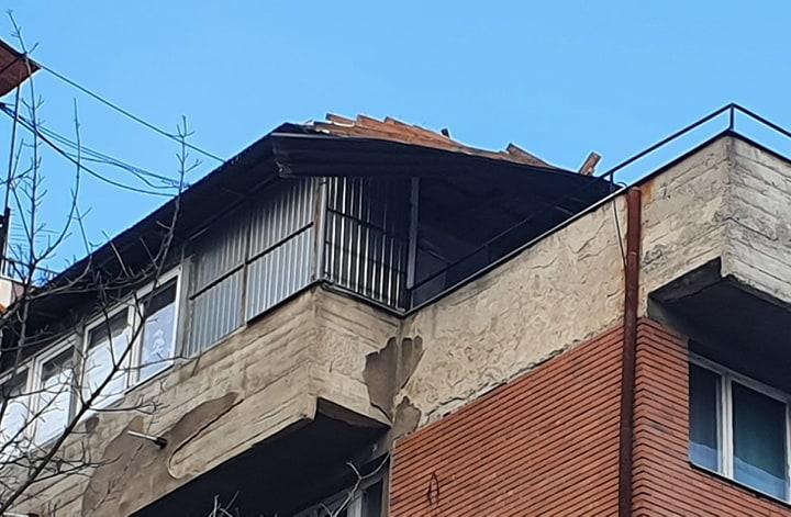 Foto KoSSev: Usled nevremena krov počeo da klizi na takozvanoj Beriljskoj zgradi
