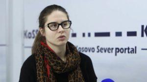 """Milioca Andrić Rakić, novinarka portala Kossev, izjavila je da je najveći problem Srbima na Kosovu nemogućnost odlaska u Rašku po lekove, jer su zalihe potrošene, a putovanje bi značilo dupli karantin, pa zbog toga ljudi, iako bolesni, biraju da sede kod kuće. """"Karantini su jedna od mera koje je kosovska vlada od samog početka pandemije počela da primenjuje. Najpre su bila stavljena u karantin sela u gnjilasnkom okrugu, a kasnije i veće opštine, opštine Mališevo, Zvečan i Severna Mitrovica, od juče Priština, danas Suva Reka i Uroševac. Kada se opština proglasi da je pod karantinom, zabranjuje se ulaz i izlaz, osim licima sa posebnim dozvolama. U to spadaju osobe koje se bore protiv pandemije, radnici javnih preduzeća, kompanija koje se bave uslužnim delatnostima, ali i novinari i zdravstveni radnici"""", rekla je Rakić. Ona je navela da opšti policijski čas na Kosovu važi od 17 časova do šest ujutru, s tim što u opštinama koje su u karantinu važi naredba da je kretanje zabranjeno posle 12 časova, s tim što o tome odlučuju lokalne vlasti u dogovoru sa kosovskim Ministarstvom zdravlja. """"Što se tiče taksi snabdevanje robom na severu Kosova, osim u početnom periodu, nije bilo problematično. Na jugu jeste"""", naglašava ona, i dodaje da je prema nekim podacima, vrednost robe koja je stigla do građana Srbije na jugu Kosova oko dva, tri miliona evra. """"Na jugu je u jednom kratkom periodu bio problem snabdevanje brašnom, ali i to se sredilo odmah nakon ukidanja taksi kada je veća količina brašna uvezena iz Srbije"""", nagalašava Rakić. Govoreći o situaciji na administrativnoj granici, ona je rekla da važe duple mere, i sa srpske , i sa kosovske strane. """"Kada putnici iz c entralne Srbije ulaze na Kosovo, ti putnici su u obavezi da provedu 14 dana u karantinu, u Studentskom domu u Prištini. S druge strane, kada ljudi sa Kosova pokušavaju da uđu u centralnu Srbiju, takođe se od njih zahteva da borave u karantinu. Ovde je najveći problem to što ne mogu da idu u rašku po lekove. Budući da"""