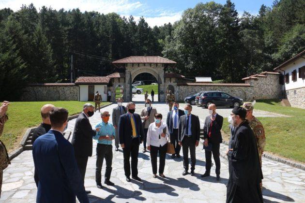 Ambasadori Kvinte, EU, KFOR i OEBS u poseti Dečanima