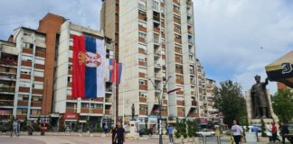 Zastava Srbije na zgradi u Mitrovici