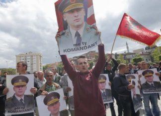 Demonstranti drže fotografije Sulejmana Seljimija, koji je osuđen za zlostavljanje zatvorenika u objektu OVK, Priština, 2015