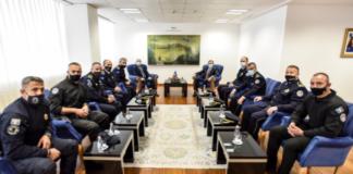 Kurti sa policajcima i direktorom policije